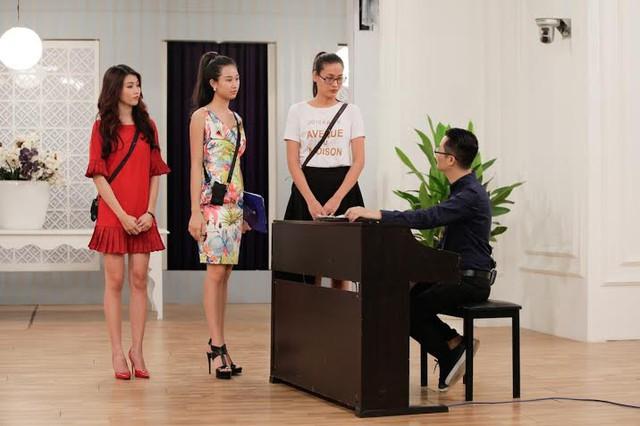 Nhóm thí sinh hát tiếng Việt.