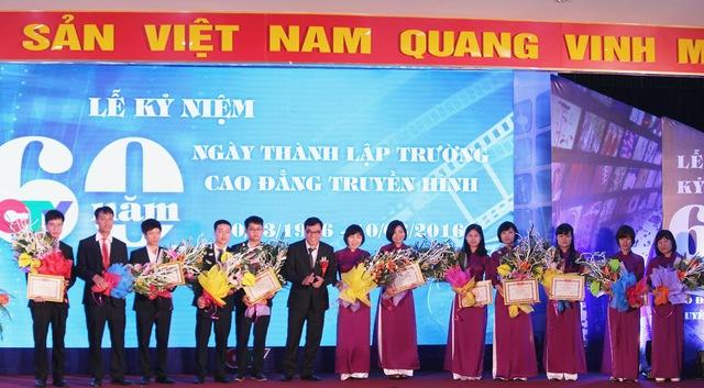 Cũng tại buổi lễ, ông Trần Bảo Khánh - Hiệu trưởng trường Cao đẳng Truyền hình trao bằng khen cho các giảng viên xuất sắc.
