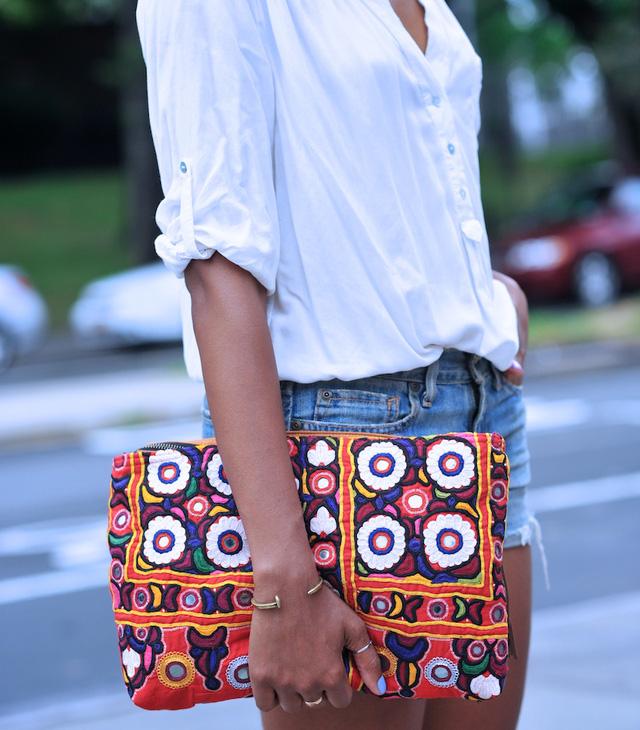 Những chiếc túi cầm tay với họa tiết thổ cẩm hay màu sắc rực rỡ làm cho phong cách mùa hè của bạn thêm phần nổi bật.