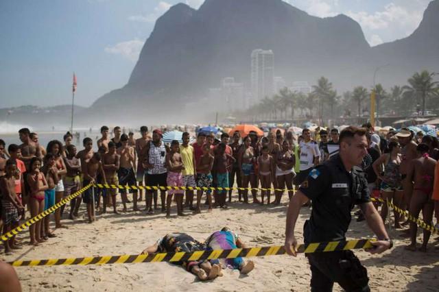 Thi thể hai nạn nhân vụ sập đường (Ảnh: sfchronicle.com)