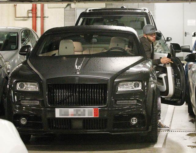Memphis Depay cùng siêu xe Rolls Royce bạc tỷ