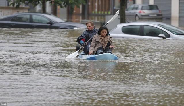 Người dân Pháp di chuyển khó khăn do ngập lụt nặng trên các tuyến phố