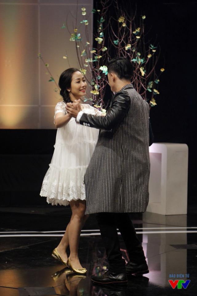 Cả hai cùng nhau khiêu vũ trên nền nhạc lãng mạn