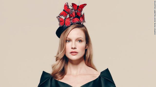 Chiếc mũ được thiết kế bởi Laura Cathcart. Với chi tiết bướm đỏ gắn trên nền vành mũ đen, thiết kế này mang tới cảm giác sang trọng và thanh lịch.