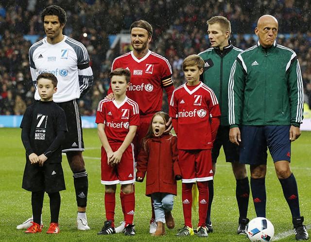 Tháng 11/2015, Harper cùng bố và các anh trai Romeo và Cruz tham gia một trận đấu bóng đá từ thiện cho UNICEF ở Old Trafford. Nhưng có vẻ như tất cả những gì cô bé Harper vô tư có thể nghĩ tới lúc này chắc là muốn chợp mắt một lúc đây.