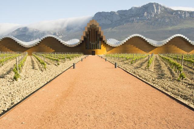 Nhà máy rượu Bodegas Ysios ở Rioja Alavesa của Tây Ban Nha có phần mái bằng bê tông với thiết kế gợn sóng độc đáo. Đây cũng chính là nơi sản xuất rượu vang có tiếng trong vùng.