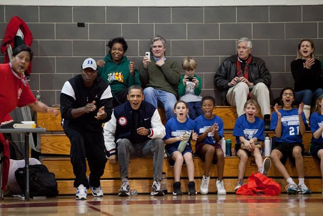 Tổng thống Obama đang giữ vị trí như một huấn luyện viên trong trận đấu bóng rổ của con gái Sasha.