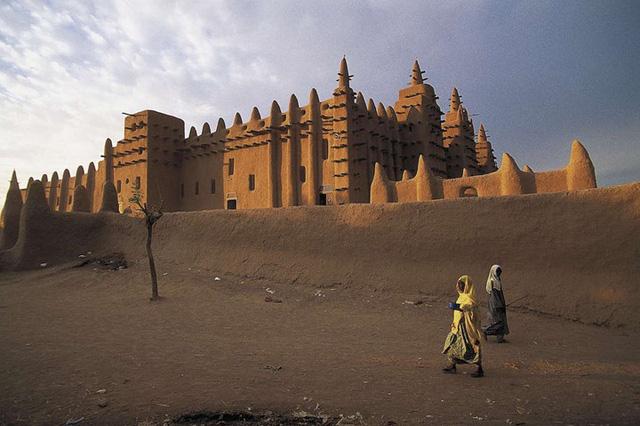Công trình kiến trúc lớn nhất thế giới được xây dựng bằng bùn chính là Great Mosque ở Djenné tại Mali. Kiệt tác kiến trúc này trông như những mầm cây đang nhú lên khỏi mặt đất.