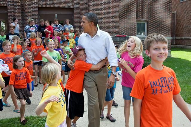 Những đứa trẻ vui sướng vây quanh Tổng thống Obama.