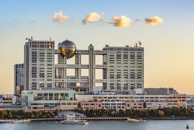 Trụ sở của Fuji Television ở Tokyo có 25 tầng trên mặt đất và 2 tầng dưới lòng đất được hoàn thành vào năm 1997.