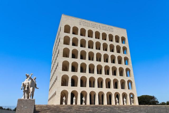 Cung điện của nền văn minh nước Ý còn được gọi với cái tên Square Colosseum là một tòa nhà mang vẻ đẹp đơn giản và tinh tế. Ngày nay, tòa nhà này chính là trụ sở chính của thương hiệu thời trang Fendi.