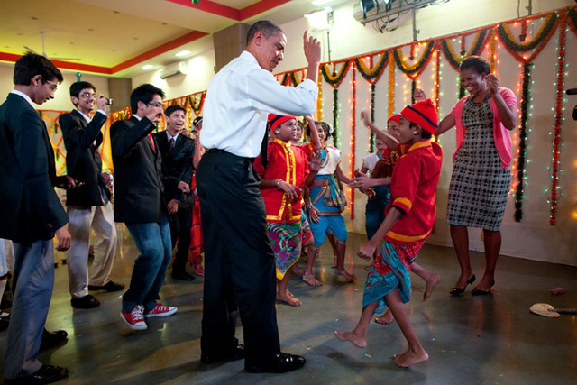 Đệ nhất phu nhân Michelle Obama đã thuyết phục được chồng mình cùng tham gia một điệu nhảy ở Mumbai, Ấn Độ