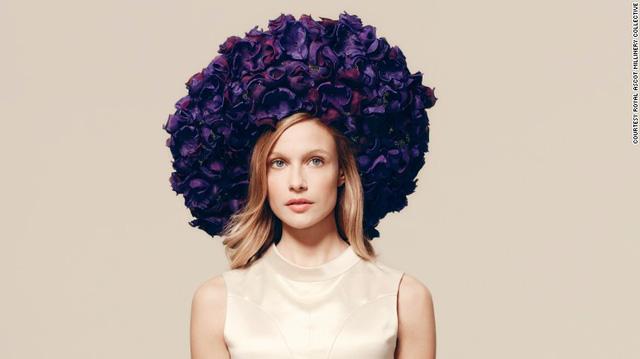 Chiếc mũ với hàng trăm cánh hoa được thiết kế bởi Rachel Trevor Morgan-hat. Điều đặc biệt là những cánh hoa lụa này đều được làm thủ công bằng tay. Chiếc mũ tạo nên sự nữ tính cho người đội.
