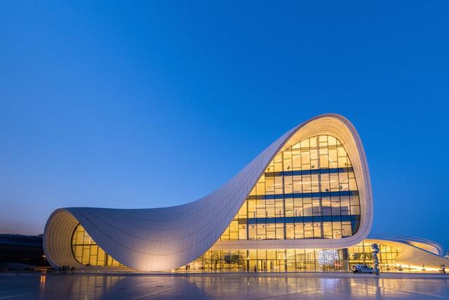 Trung tâm Heydar Aliyev của Zaha Hadid ở Baku, Azerbaijan đã tạo nên một phong cách kiến trúc với những đường cong độc đáo, ấn tượng.