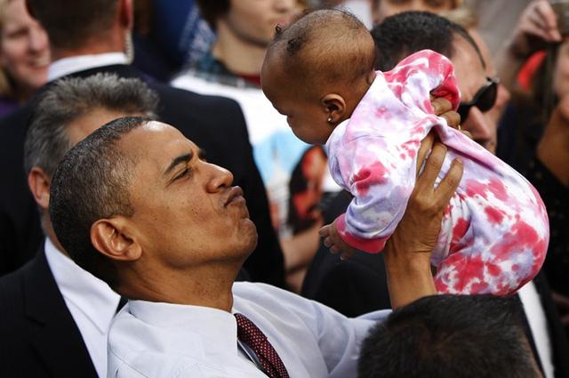 Bức ảnh này thật đáng yêu và gần gũi khi Tổng thống Obama đang làm mặt chu môi với một em bé.