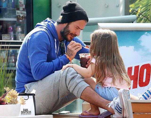 Còn gì đáng yêu hơn hình ảnh cô bé Harper được bố đút kem cho? David Beckham chính là ông bố mơ ước của bất kì cô con gái nào.