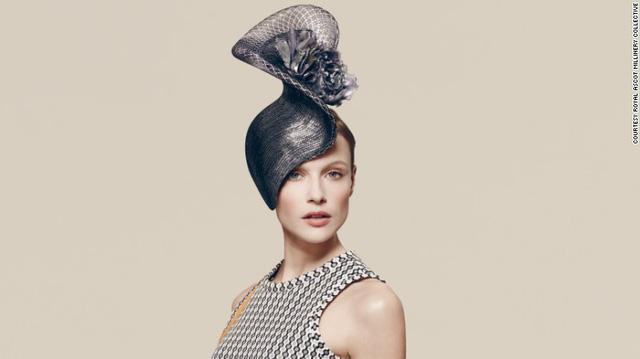 Thiết kế mũ này được sáng tạo bởi Philip Treacy. Đây cũng chính là hãng đã làm ra chiếc mũ của công nương Kate Middleton vào năm 2011.