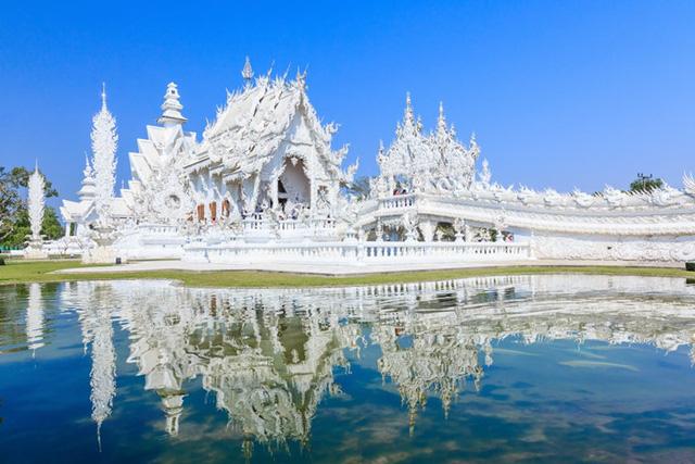 Wat Rong Khun, hay còn được biết với cái tên Đền Trắng, nằm ở phía Bắc của Thái Lan mang một vẻ đẹp yên bình, mê hoặc.