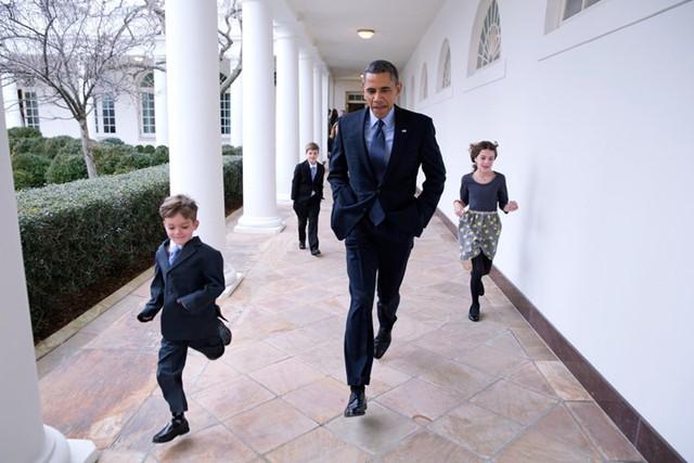 Tổng thống đuổi theo những người bạn nhỏ trong hành lang Nhà Trắng.