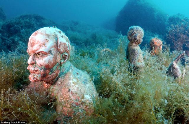 Đường bờ biển ở mũi Tarhankut, Tarhan Qut ở Crimea là nơi tập trung nhiều bức tượng chân dung của những nhà lãnh đạo tài ba trên thế giới