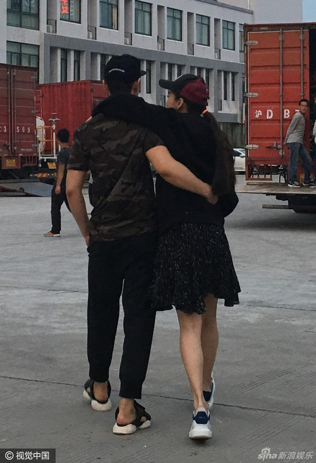 Khoảnh khắc ngọt ngào được cặp đôi chia sẻ trên trang cá nhân. Huỳnh Hiểu Minh chia sẻ anh rất thích ôm bà xã và chụp hình từ phía sau. Cặp đôi có khá nhiều bức ảnh chụp tạo dáng như vậy.