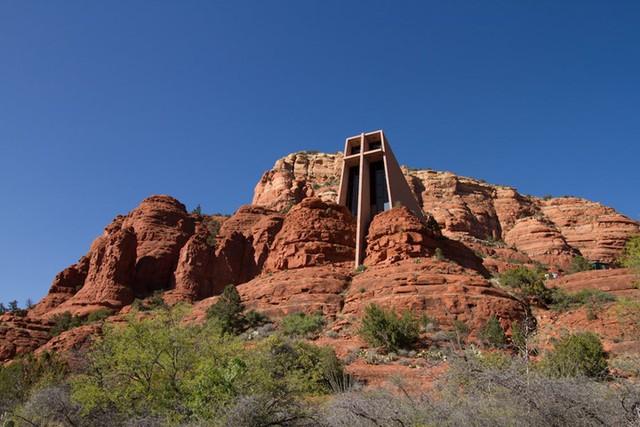Nhà thờ do kiến trúc sư Frank Lloyd Wright thiết kế ở Cathedral Rock tại Sedona, Arizona kết hợp liền thành một khối với những tảng đá bao quanh.