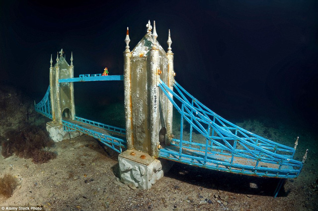 Tượng của cầu Tháp London với màu sắc tươi sáng như mới được đặt ở đây ngày hôm qua