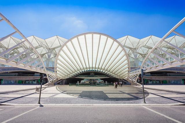 Đây là khung cảnh bên ngoài Gare do Oriente - một ga tàu ở Lisbon - do kiến trúc sư người Tây Ban Nha Santiago Calatrava thiết kế với những đường xoắn ốc và phần cánh nhà được tạo nên từ những bộ khung lớn.