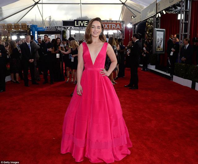 Emilia Clarke diện đầm cổ chữ V khoét sâu màu hồng magenta của Dior