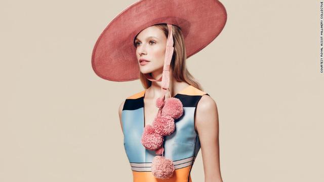 Chiếc mũ mang kiểu dáng cổ điển này do Edwina Ibbotson