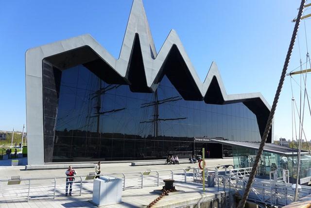 Bảo tàng Riverside có thiết kế độc đáo với phần mái nhà bằng kẽm cao 118 feet và mặt trước bằng kính. Bảo tàng được thiết kế bởi Zaha Hadid tạo ấn tượng sâu sắc với du khách bên bờ sông Clyde ở Glasgow.