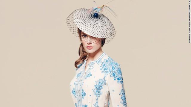 Chiếc mũ được Harvy Santos thiết kế dựa trên ý tưởng từ các loài chim. Thiết kế này mang đến sự thanh lịch nhưng cũng không kém phần ấn tượng cho người sử dụng.