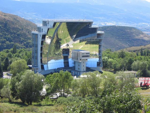 Lò năng lượng mặt trời lớn nhất thế giới nằm ở Odeillo, Pháp với mức nhiệt độ có thể lên tới hơn 3.000 độ C.