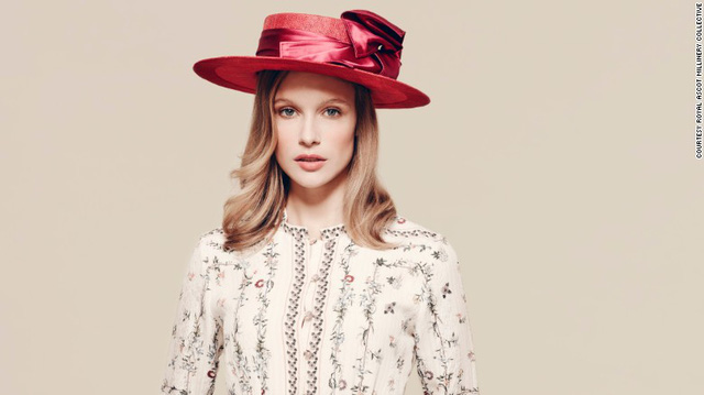 Thiết kế mũ này Laura Apsit có hình dáng và màu sắc khá cổ điển. Tuy nhiên, điều đó không khiến chiếc mũ kém sự tinh xảo.