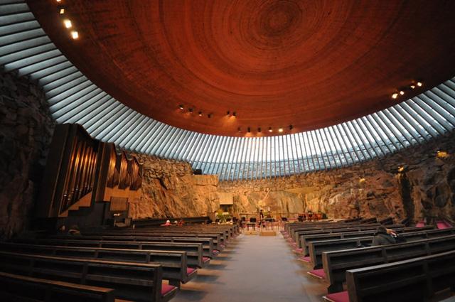 Nhà thờ Temppeliaukio ở thủ đô Helsinki của Phần Lan được xây dựng trong một khối đá do hai anh em Timo và Tuomo Suomalainen thiết kế trước khi mở cửa vào năm 1969.