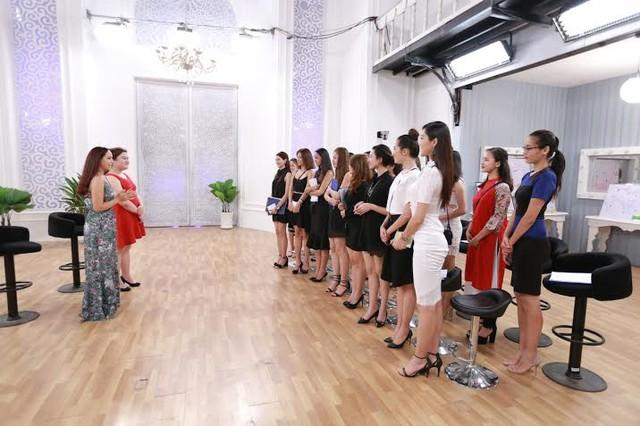chuyên gia Thúy Hạnh cùng khách mời đặc biệt Thủy Tiên hướng dẫn thí sinh Hoa khôi áo dài Việt Nam.