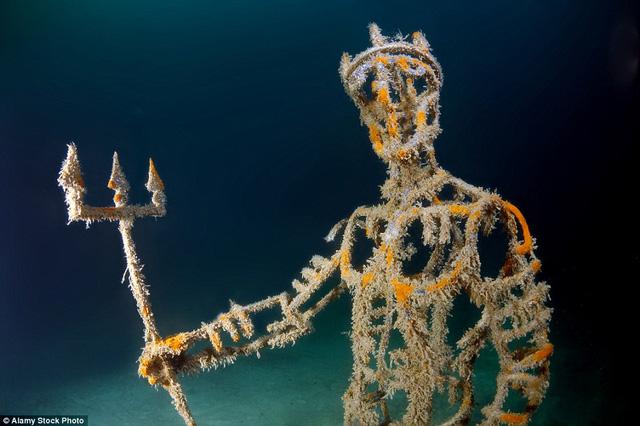 Vị thần biển Neptune trong thần thoại Hy Lạp đang cầm đinh ba đầy quyền lực