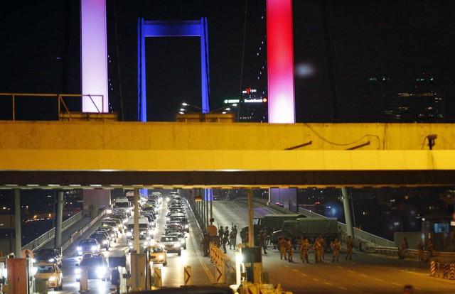 Sân bay quốc tế Istanbul bị lực lượng quân đội kiểm soát hoàn toàn ở khu vực bên ngoài.
