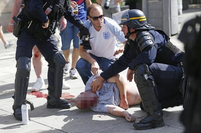 Một cổ động viên quá khích bị cảnh sát bắt giữ. (Ảnh:sheknoweverything.com)