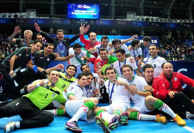 Các cầu thủ futsal Iran ăn mừng bên chức cúp vô địch châu Á thứ 11