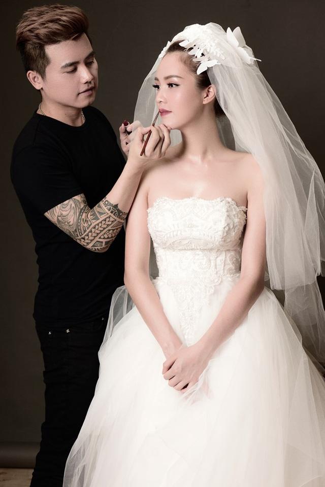 Mẫu váy này thường có khoảng hở lớn ở sau lưng và khoe vai trần, vì thế phụ kiện khăn voan phù hợp hơn phụ kiện trang sức hoặc cài hoa tươi.