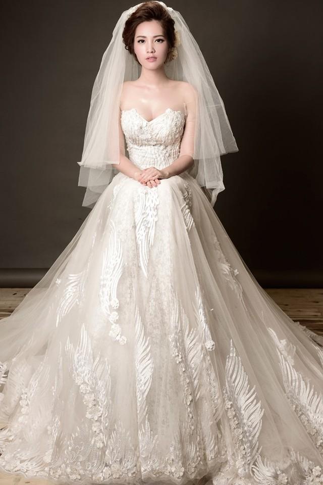 Bà mẹ một con làm mẫu một số mẫu thiết kế mùa thu. Ren, vải tuyn vẫn là chất liệu chính tạo nên những bộ váy cưới bồng bềnh, lãng mạn.