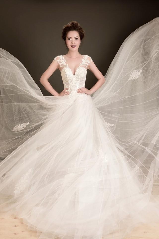Trong bộ ảnh thời trang mới thực hiện, bà mẹ một con tự tin khoe vòng eo thon cùng vóc dáng quyến rũ khi diện những bộ váy cưới lộng lẫy.