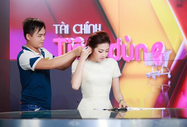Mẹ của á hậu Tú Anh chia sẻ khi con gái được làm việc đúng chuyên môn, cả gia đình vui như Tết.