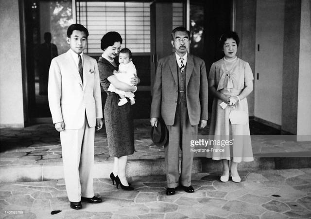 Hoàng thái tử Akihito, Thái tử phi Michiko, Thái tử Naruhito cùng Nhật hoàng Hirohito và Hoàng hậu Kojun.