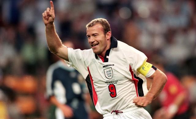 2 - Alan Shearer. Một tay săn bàn đỉnh cao mà bóng đá Anh từng sản sinh ra. Bản hợp đồng đắt giá nhất lịch sử Ngoại hạng Anh một thời từng ghi được 7 bàn thắng/9 trận tham dự các kỳ Euro 1992, 1996 và 2000.