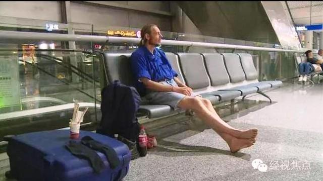Alexander Pieter Cirk chờ người yêu ở sân bay. Ảnh: CCTV News