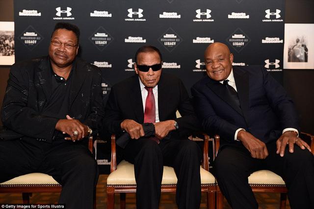 Ali (giữa) chụp ảnh cùng với Larry Holmes (trái) và George Foreman (bên phải) hồi năm ngoái ở Kentucky. Ảnh: Getty