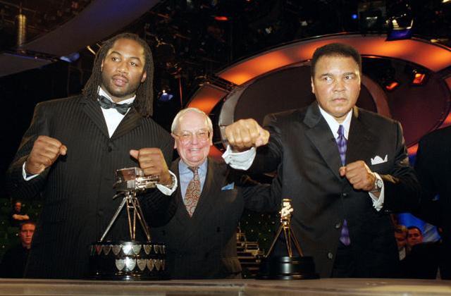 Năm 2000 Ali nhận danh hiệu Nhân cách Thể thao của Thế kỷ theo bình chọn của BBC - hãng truyền thông quốc gia Anh. Đứng bên cạnh ông là ngôi sao quyền anh của Anh Lennox Lewis. Ảnh: BBC