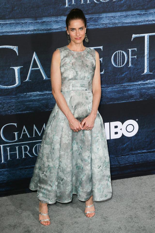 Amanda Peet diện váy màu bạc với hoa văn trang nhã.